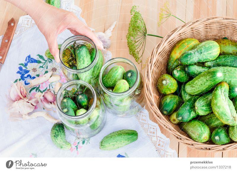 In Essig einlegende Gurken mit Hausgartengemüse und Kräutern Lebensmittel Gemüse Kräuter & Gewürze Bioprodukte Garten Frau Erwachsene Hand Sommer frisch