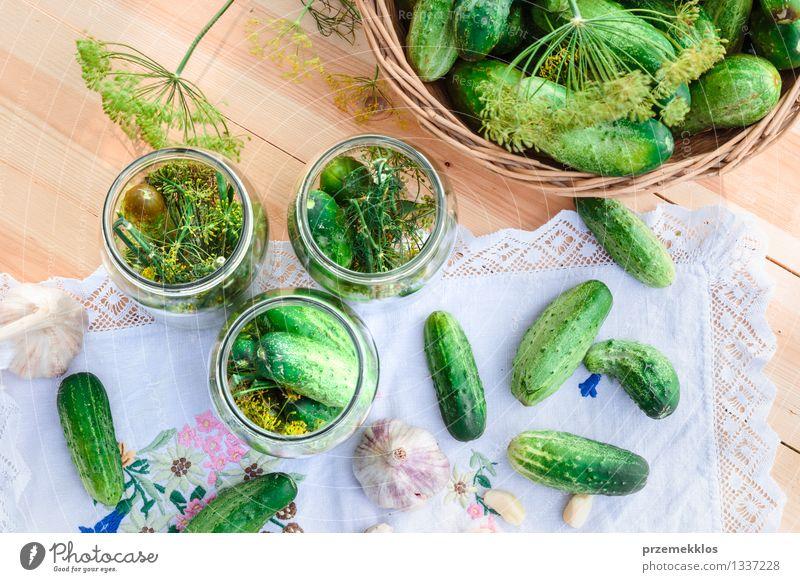In Essig einlegende Gurken mit Hausgartengemüse und Kräutern Gemüse Kräuter & Gewürze Bioprodukte Garten Sommer frisch natürlich grün Korb Salatgurke Dill