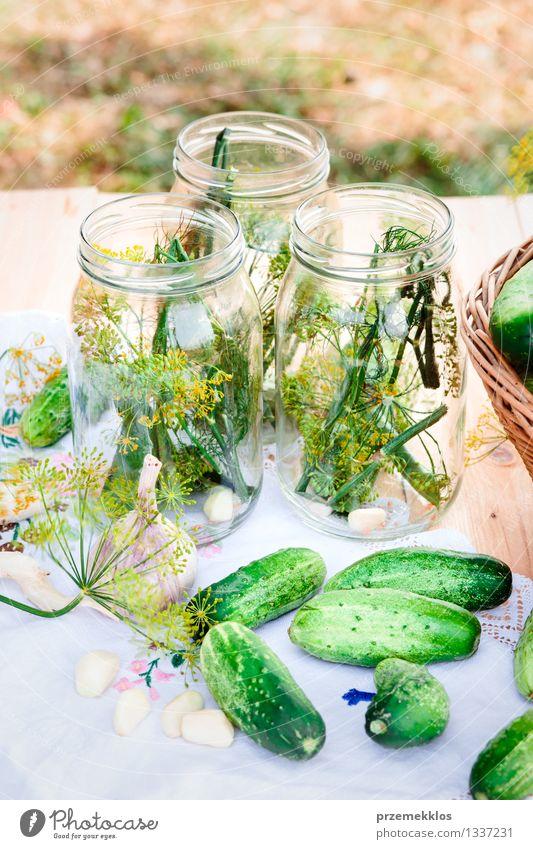 In Essig einlegende Gurken mit Hausgartengemüse und Kräutern Lebensmittel Gemüse Kräuter & Gewürze Bioprodukte Garten Sommer frisch natürlich grün Korb