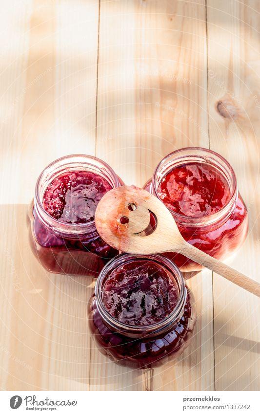 Hausgemachte Marmelade auf Holztisch Natur Sommer rot natürlich Frucht frisch Ernährung Tisch Kochen & Garen & Backen Jahreszeiten lecker Bioprodukte Frühstück
