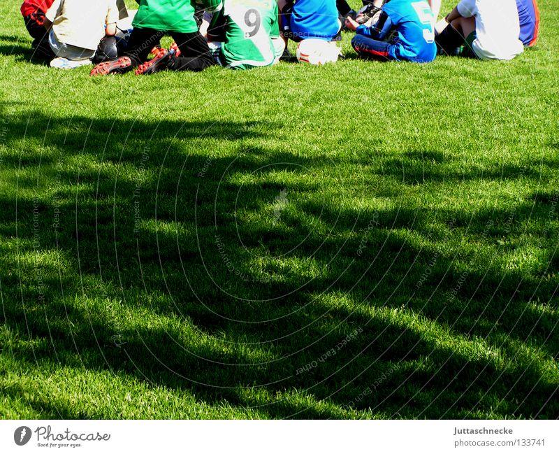 Strategie ist alles Freude Sport Spielen sprechen Sportverein Fußball Erfolg planen Sportmannschaft Ball Sport-Training Sportveranstaltung Konkurrenz üben Besprechung
