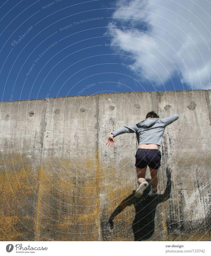 THE WALL | FLASH Mensch Mann Jugendliche Freude Wand Freiheit springen Glas fliegen laufen maskulin Beton frei fallen rennen sportlich
