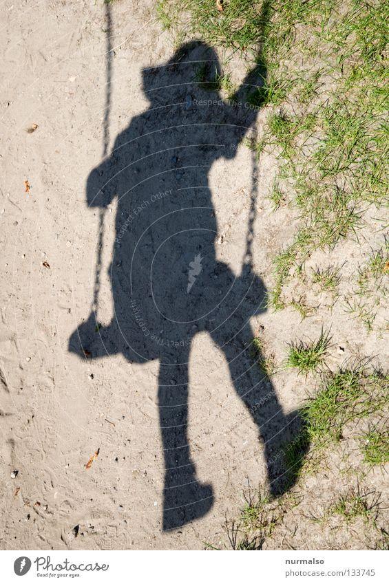 Schaukelschatten I Kind Spielen Spielplatz Grasnarbe Staub Schwung strampeln Akrobatik Mütze klein Kindergarten Freizeit & Hobby Unbeschwertheit Lebensfreude