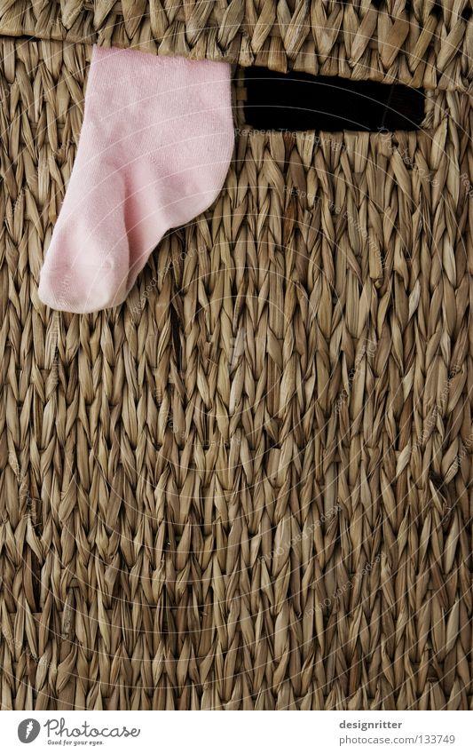 Mama Sisyphos Wäsche Wäschekorb Korb Kiste Strümpfe Strumpfhose rosa hängen Arbeit & Erwerbstätigkeit Waschmaschine Unendlichkeit immer anstrengen Sauberkeit