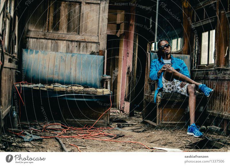 Destruction Lifestyle Sofa Raum Mensch maskulin Junger Mann Jugendliche Erwachsene Leben 1 18-30 Jahre Bahnfahren Personenzug Mode T-Shirt Rastalocken Afro-Look