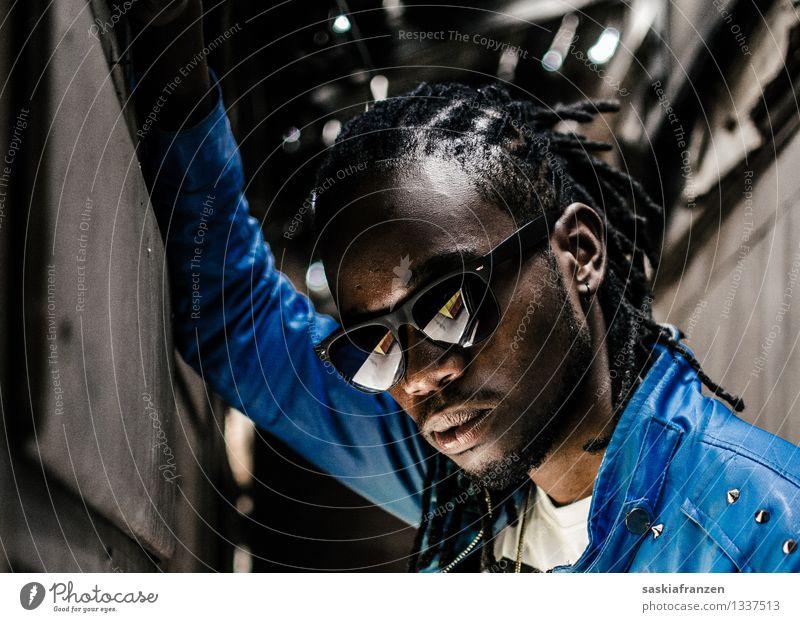 Persuasion. Mensch Jugendliche Mann Stadt blau Junger Mann 18-30 Jahre Erwachsene Leben Stil Haare & Frisuren Lifestyle Kopf Mode Party maskulin