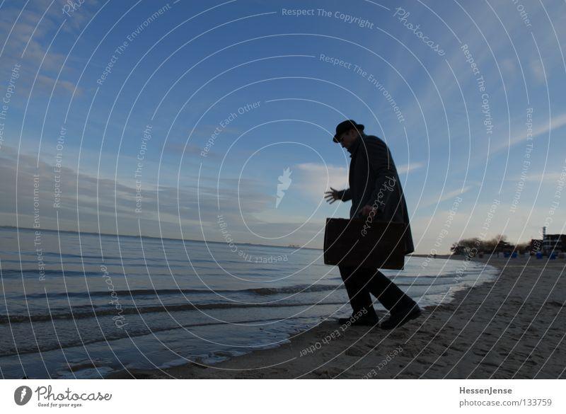 Person 36 Religion & Glaube Hoffnung Meer See Wellen Wolken Koffer Ärger Verzweiflung Ladengeschäft nass Wut Herbst Mann Himmel Hut Mantel. blau Deal Mafia