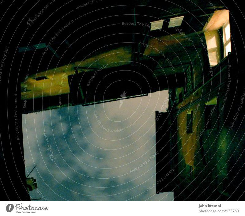 Das Fenster zum Hof Rom Wolken dunkel mystisch gruselig verfallen Himmel historisch campo de' fiori Abend Lichterscheinung Bauernhof Innenhof alt Mittelalter