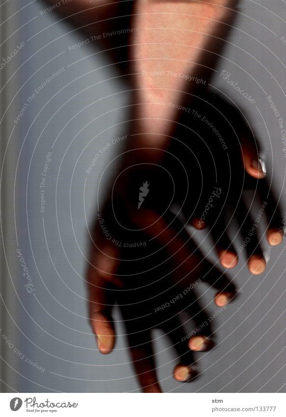 touch 1 Hand schön ruhig Gefühle grau Haut Finger liegen Vertrauen streichen berühren festhalten edel Schwäche gestikulieren sensibel