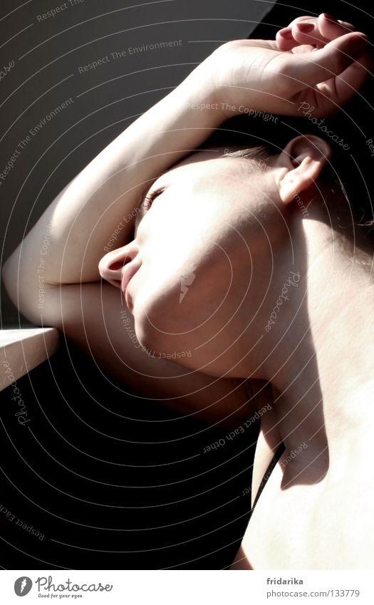 geblendet Frau Erwachsene Kopf Arme Hand Denken verrückt Trauer Verzweiflung blenden Entscheidung beige Kinn warum Fensterbrett Schatten Kontrast Profil