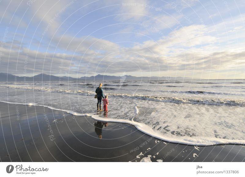 Am Strand harmonisch Erholung Meditation Freizeit & Hobby Ferien & Urlaub & Reisen Tourismus Ferne Meer Wellen feminin 2 Mensch 1-3 Jahre Kleinkind 18-30 Jahre