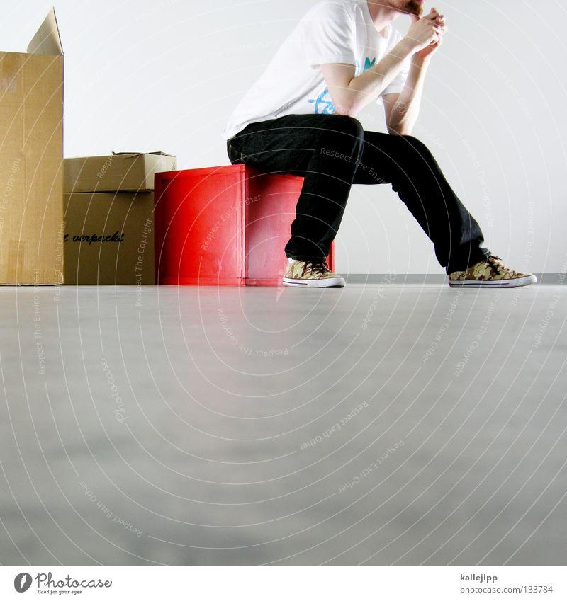 bleib halt Mensch Mann weiß rot Farbe Arbeit & Erwerbstätigkeit Denken Raum warten Wohnung sitzen Güterverkehr & Logistik berühren Müdigkeit Kasten Umzug (Wohnungswechsel)