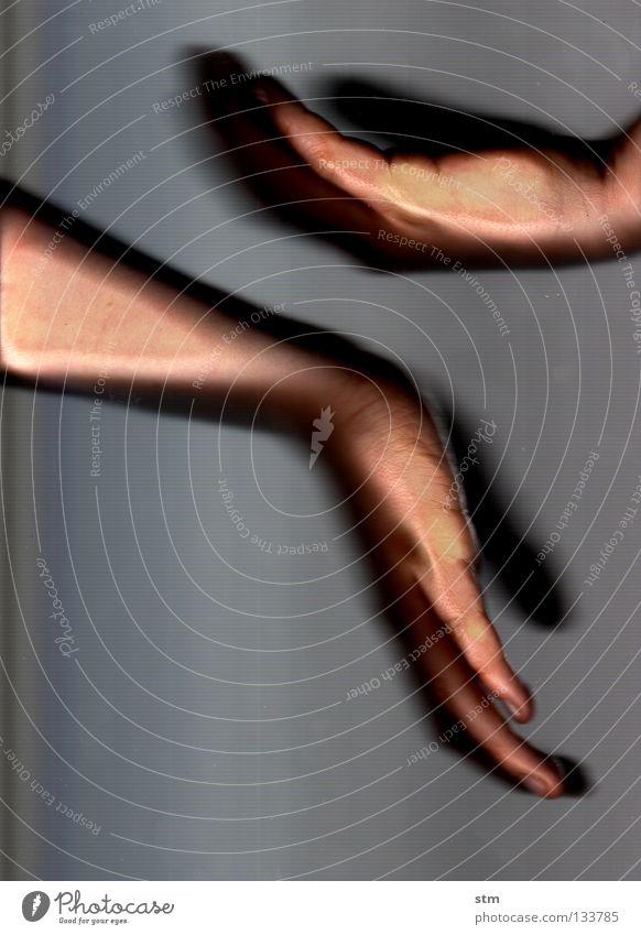 touch 2 Hand schön ruhig Gefühle grau Tanzen Haut Finger Kommunizieren liegen Vertrauen zart streichen berühren festhalten Gesichtsausdruck