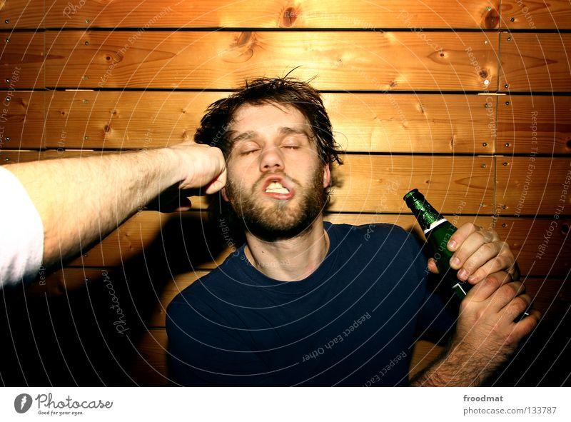 Saufkumpanen rot Wand lustig absurd dumm gefroren verschoben Fan Quadrat Humor Ballsport Porträt Aktion Alkoholisiert schmerzfrei Augenbraue skeptisch Wut