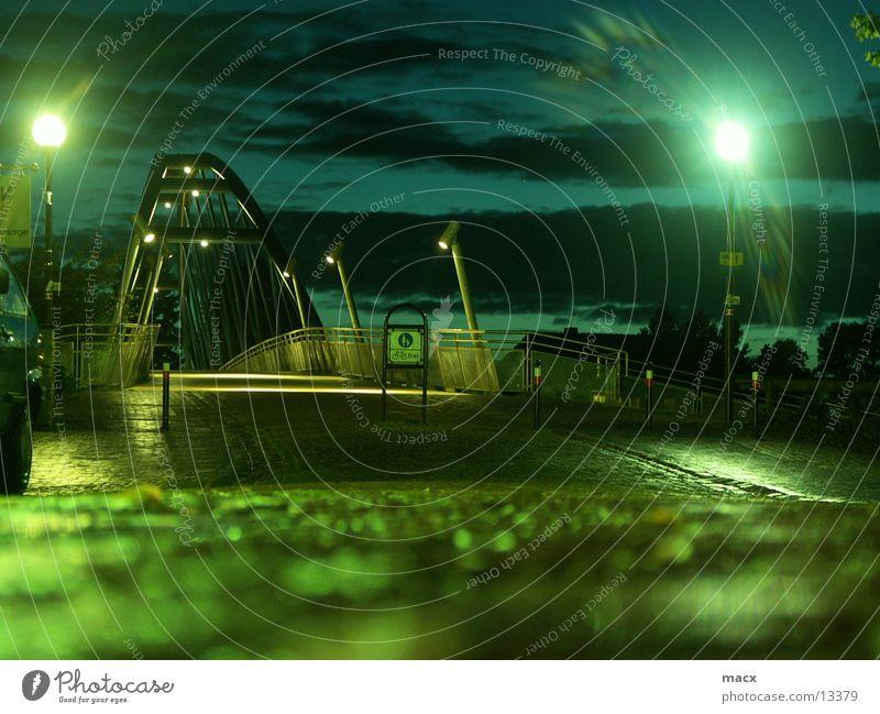 Nienburger Brücke Licht Lampe Kopfsteinpflaster dunkel Wolken Fußgängerzone Einsamkeit Schatten Bürgersteig Beleuchtung Straße Lichtschleier