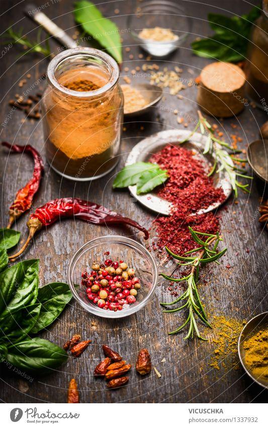 Bunte Gewürze auf dem Küchentisch Lebensmittel Kräuter & Gewürze Ernährung Bioprodukte Vegetarische Ernährung Diät Slowfood Teller Schalen & Schüsseln Glas Stil