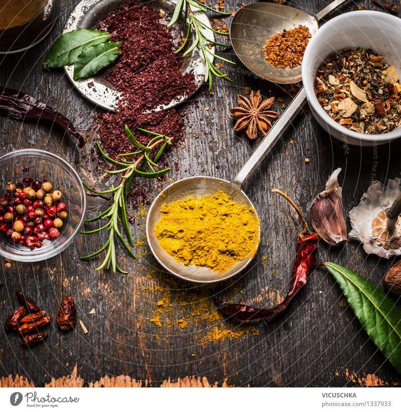 Curry Pulver in Messlöffel und andere Gerütze Gesunde Ernährung Leben Stil Holz Lebensmittel Metall Design Tisch Kochen & Garen & Backen Kräuter & Gewürze Küche