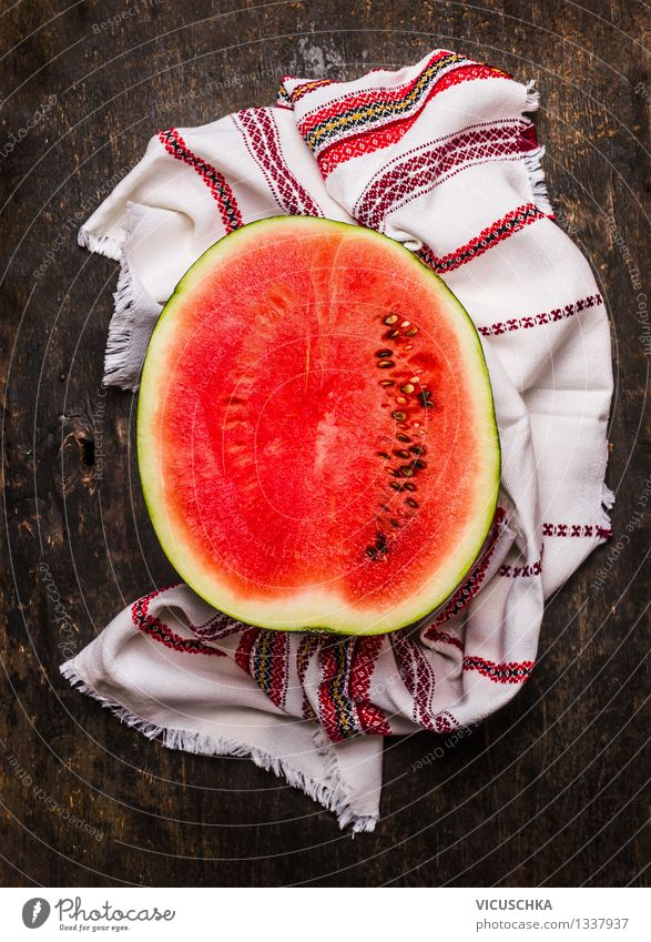 Die Hälfte der Wassermelone Gesunde Ernährung rot Leben Stil Lebensmittel Design Frucht Ernährung Tisch Küche Bioprodukte Samen Dessert reif Vegetarische Ernährung Diät