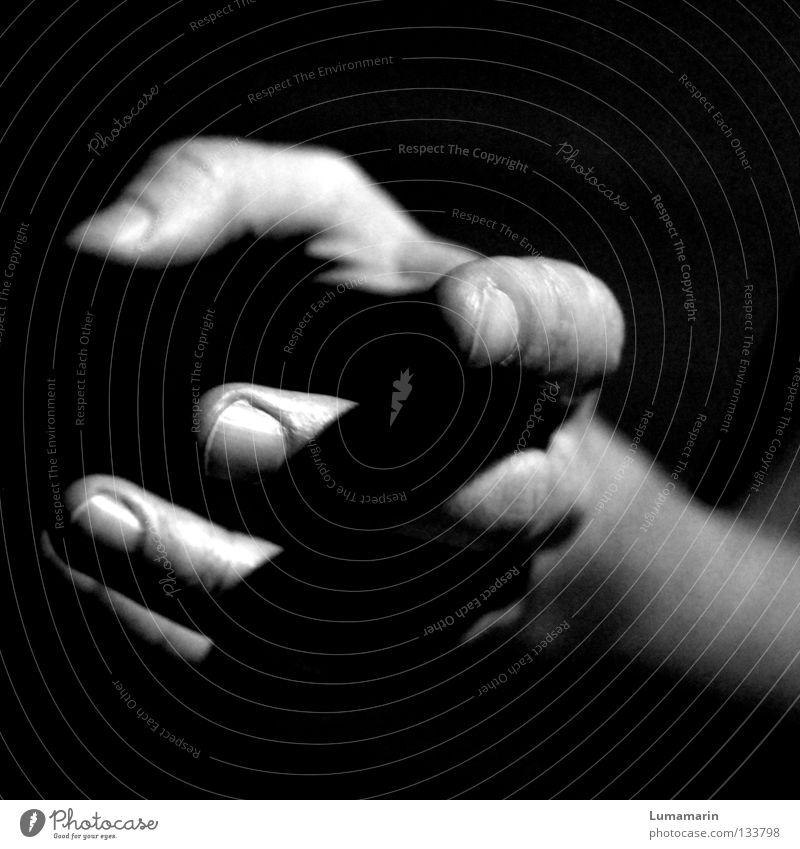 take it or leave it Mensch Hand dunkel Finger leer Aktion offen Vertrauen fangen festhalten verloren Griff Schweben Halt Beschluss u. Urteil bewegungslos