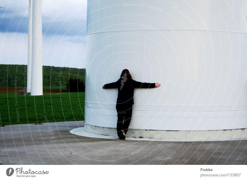WindRiesen Frau Windkraftanlage Umarmen Elektrizität Feld Wiese Hügel Wolken Baum Wäldchen Beton weiß groß Macht Gras Koloss braun Jacke drücken festhalten Hand