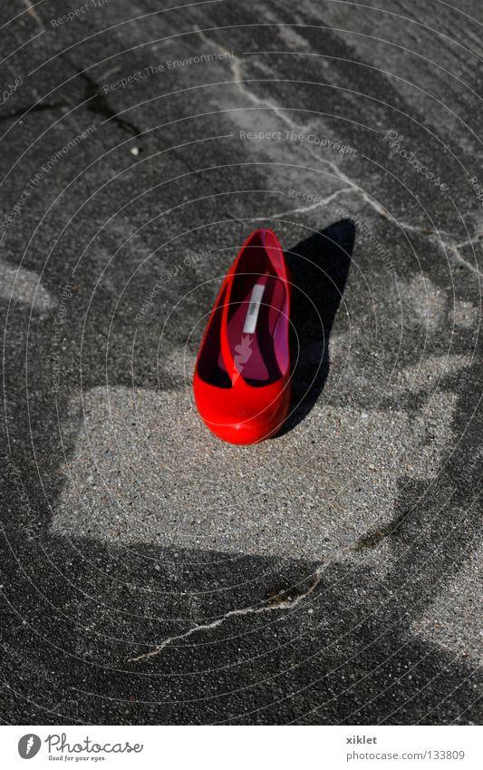 Schuh Schuhe rot Quadrat Mitte verloren Sommer Bekleidung Einsamkeit grau Kontrast Mode Straße Ballettschuhe Asphalt Steinboden Wege & Pfade Menschenleer Riss