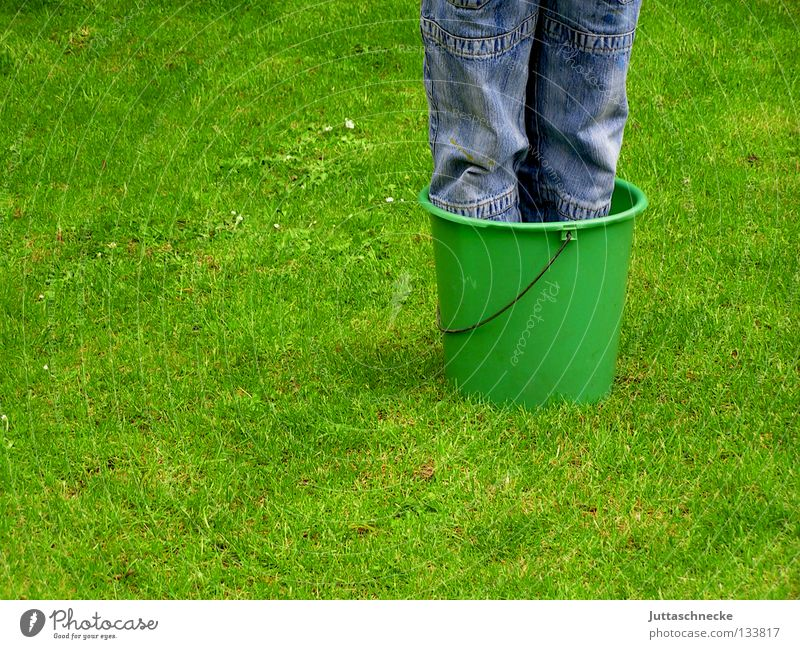 Topfpflanze winterhart Kind Junge Kübel Eimer Gras Wiese grün Knie Wachstum Reifezeit Frühling Sommer Garten Park Beine Rasen Freude drinstehen Füße waschen