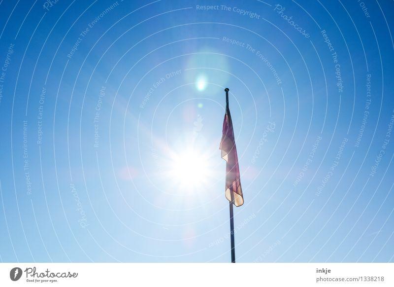 heimkommen am 3. oktober Lifestyle Himmel Wolkenloser Himmel Sonne Sonnenlicht Schönes Wetter Fahnenmast Deutsche Flagge Deutschland Streifen Gefühle Stimmung
