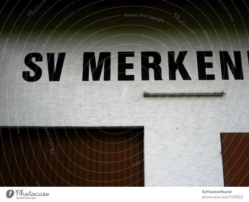Sportverein weiß schwarz dunkel Wand Lampe hell braun Schriftzeichen Buchstaben Putz Garage ansammeln Garagentor Neonlampe Metalltür