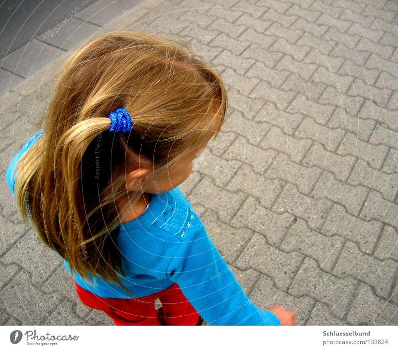 Verschnaufpause Haare & Frisuren Kind Straße Hose Pullover blond Stein dunkel hell blau braun rot Bordsteinkante Haargummi langhaarig Mädchen Vogelperspektive