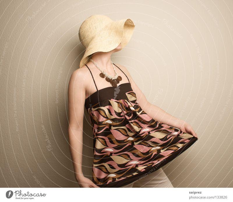 face upwards Frau Strohhut Kopfbedeckung Top Muster Bekleidung Hut Trägertop Haut verdecktes Gesicht nach oben guckend Mode