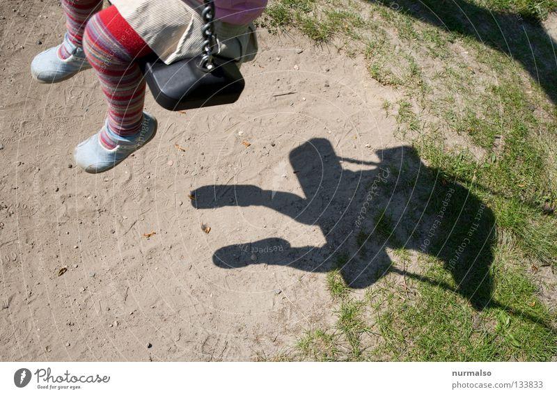 Schaukelschatten II Mensch Kind Mädchen Sonne Sommer Freude Leben Gefühle Spielen Fuß Wärme klein frei sitzen Freizeit & Hobby Flügel