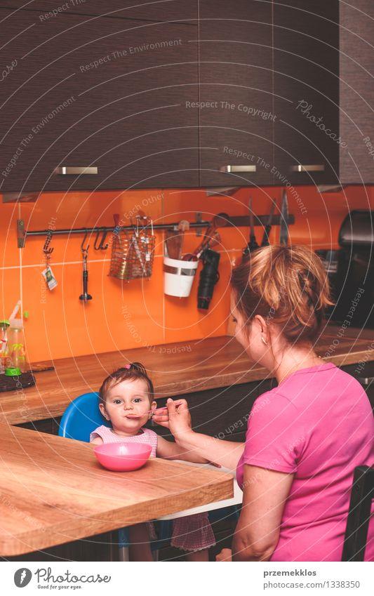 Frau, die ihr kleines Mädchen in der Küche einzieht Ernährung Essen Mittagessen Abendessen Diät Lifestyle Kind Mensch Baby Kleinkind Erwachsene Eltern Mutter