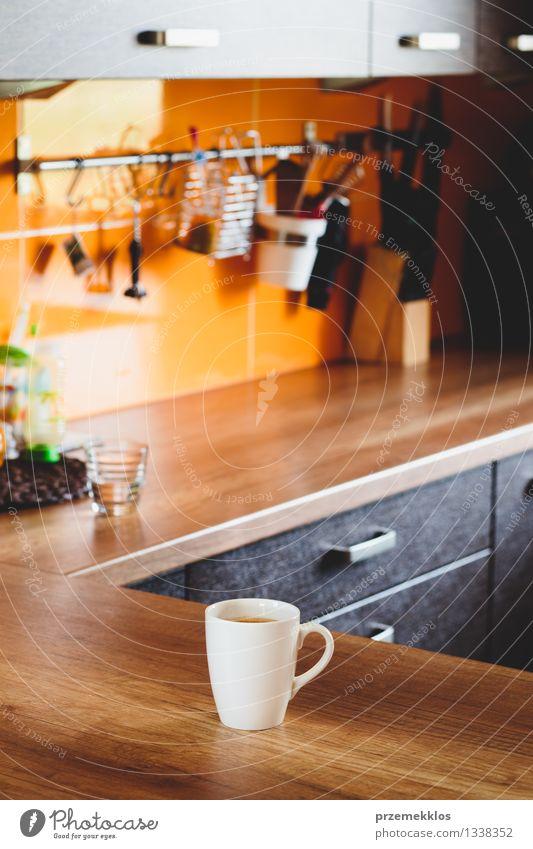 Morgen Tasse Kaffee auf einem Tisch Becher Möbel Küche heiß weiß Holzplatte trinken im Inneren vertikal Farbfoto Innenaufnahme Textfreiraum oben Tag