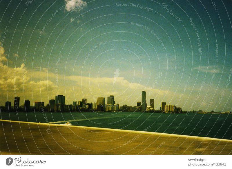 THE AMERICAN WAY OF LIFE Autobahn Unendlichkeit Ferne Unschärfe Amerika Key West Miami Strommast Idylle Fahrbahnmarkierung Spuren Sommer See Meer groß Macht