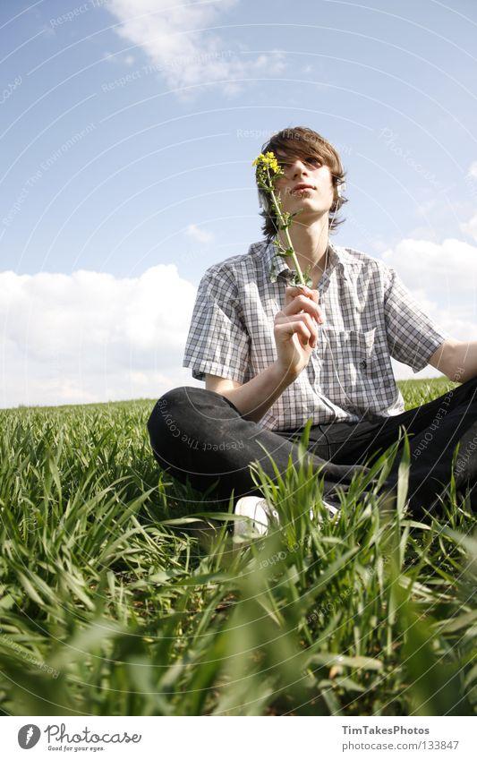 freedom 2 Mensch Himmel blau grün Blume Freude Wolken gelb Freiheit Gras T-Shirt Jeanshose Konzentration Hemd Stock Image