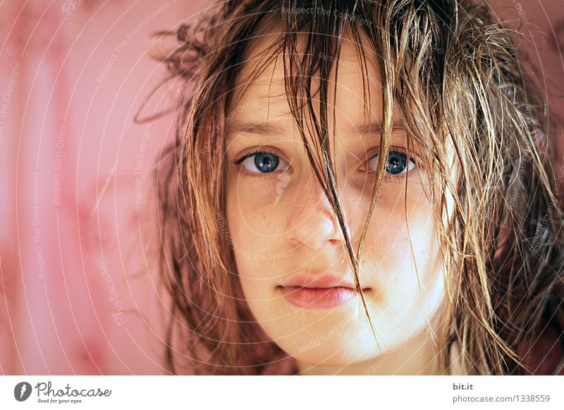 einmal schneiden und fönen Ferien & Urlaub & Reisen schön Erholung ruhig Mädchen Gesicht feminin Glück Familie & Verwandtschaft Haare & Frisuren Schwimmen & Baden Kopf träumen Kindheit Sicherheit Schwimmbad