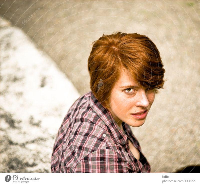 Auf der Mauer, auf der Lauer Hemd Frau rot rosa Sommersprossen rothaarig Scheitel weiß grau kariert Ecke Bluse Wellen schwarz skeptisch herausfordernd