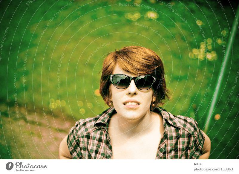 Every little thing she does Hemd Sonnenbrille grün rot rosa Frühling gelb Blume Gras Wiese Stab braun Sommer Außenaufnahme Frau Perle Wege & Pfade Freiheit
