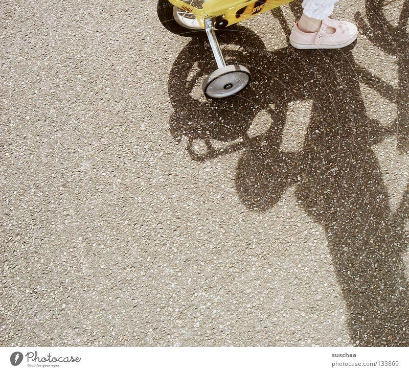 99 .. Asphalt Kind Kleinkind Mädchen klein gelb fahren Verkehrswege Freude Straße fahrad stützräder Fuß Fahrrad Außenaufnahme