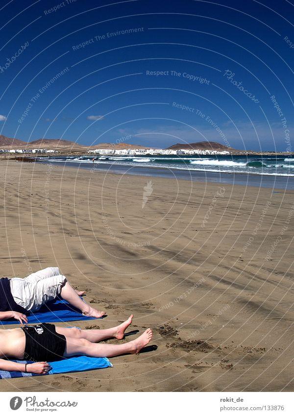 Strandgut Suche Wellen Atlantik nass Stein Lava Lanzarote Frau Junge Frau Meer Famara Handtuch Sonnenbad Sand Ferien & Urlaub & Reisen Sommer angeschwemmt