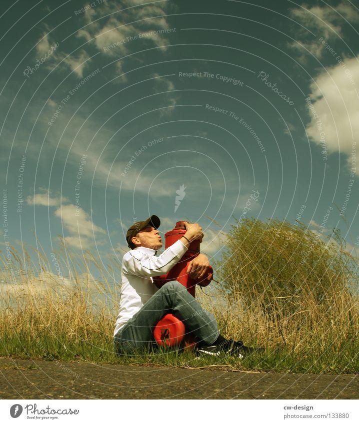 LOS, KOMM KNUTSCHEN! Hydrant Unsinn rot weiß Kerl Mann maskulin Jugendliche Gras Sträucher Wiese Baum Strommast Wolken Industrielandschaft Handwerk Umarmen
