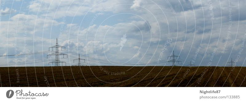 Stromkultur Elektrizität Feld Strommast Wolken braun Landwirtschaft Kultur ökologisch Erneuerbare Energie Unendlichkeit Industrie Dienstleistungsgewerbe