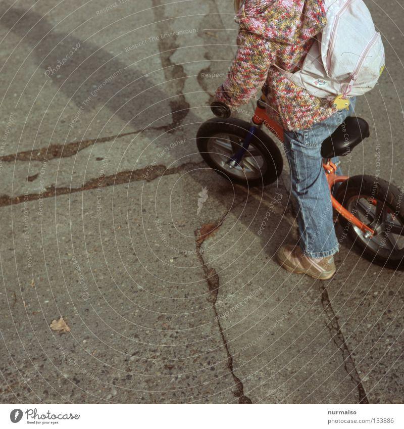 passt zu 99 . . .. Kind Freude Straße Leben Spielen Bewegung Wege & Pfade Fahrrad klein rosa Beton lernen fahren Ziel Freizeit & Hobby vorwärts