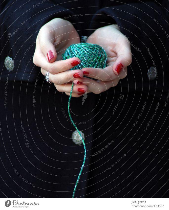 Grün Hand Schnur Wolle rot grün schwarz Knäuel wickeln Finger Frau Fingernagel Nagellack Handwerk stricken Zauberei u. Magie Farbe Nähgarn Lack Haut Handarbeit