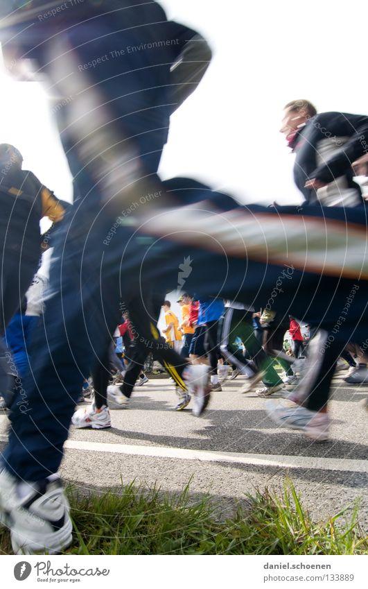 neulich beim Marathon (Teil 4) Straße Sport Bewegung Schuhe Beine Gesundheit laufen Erfolg rennen Geschwindigkeit Perspektive Fitness Turnschuh Joggen Ausdauer