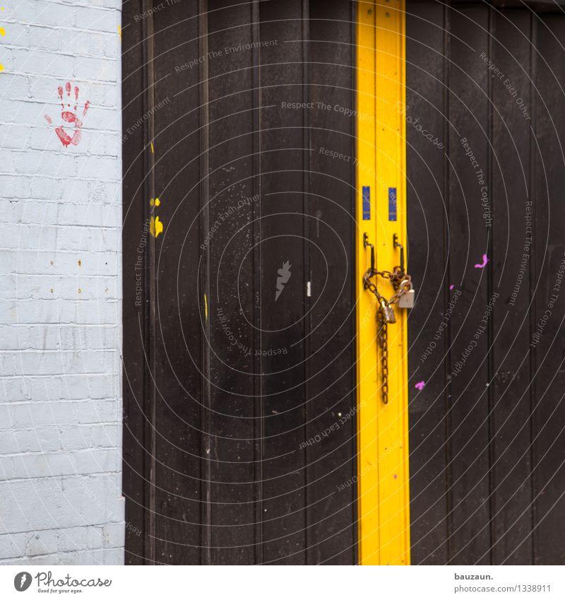 zu. alt Hand rot schwarz gelb Wand Gebäude Mauer Stein Metall Häusliches Leben Tür Streifen Güterverkehr & Logistik Schutz Sicherheit