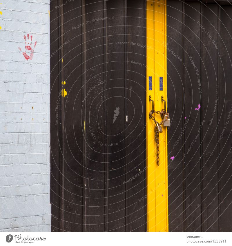 zu. Häusliches Leben Keller Garage Garagentor Hand Industrieanlage Fabrik Bauwerk Gebäude Mauer Wand Tür Kette Schloss Stein Metall Streifen alt gelb rot