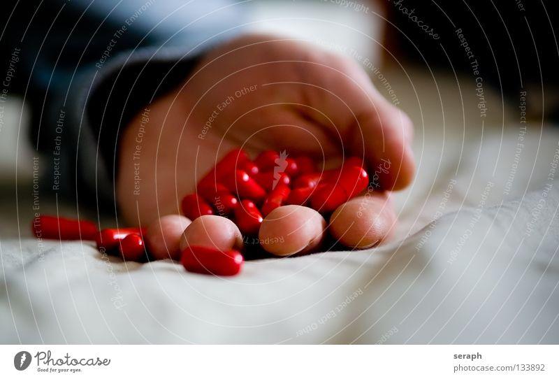 Drogenmissbrauch Hand Finger Medikament Rauschmittel Alkoholisiert Sucht Tablette Notfall Abhängigkeit ohnmächtig Kapsel Missbrauch vergiftet Drogenrausch