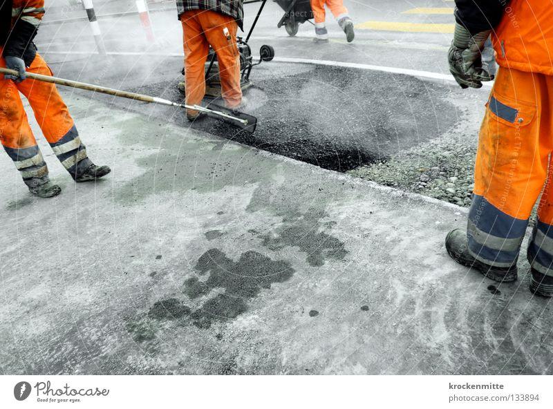 Men at Work Mann Straße Arbeit & Erwerbstätigkeit grau Schuhe orange Asphalt heiß Rauch Verkehrswege Arbeiter Teer Arbeitsbekleidung Straßenbau