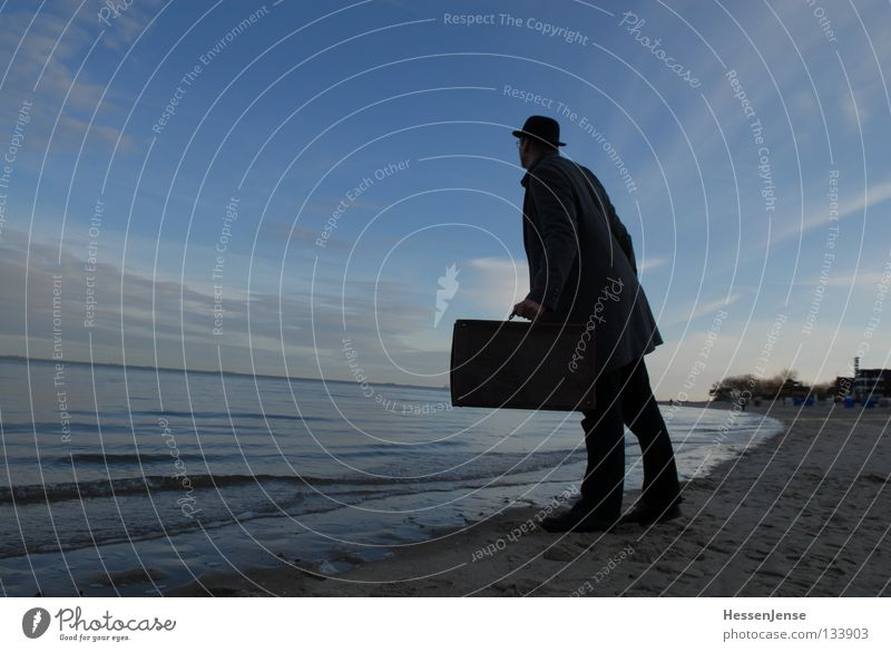 Person 37 Himmel Mann blau Meer Strand See Wellen Hoffnung Suche Konzentration Koffer Mantel Moral Mafia Kriminalität